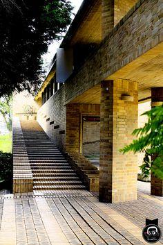 Edificio Rogelio Salmona, decanato de la facultad de ciencias humanas Treads And Risers, Brick Arch, Brick Construction, Stair Railing, Railings, Brick Design, Amazing Buildings, Brick Patterns, Space Architecture