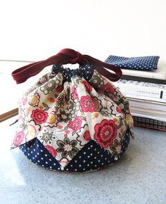 How to Make a Patchwork Drawstring Bag - Beutel Bag Pattern Free, Pouch Pattern, Bag Patterns To Sew, Drawstring Bag Diy, Drawstring Bag Pattern, Drawstring Bag Tutorials, Patchwork Bags, Quilted Bag, Japanese Bag