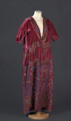 Robe du soir, haute-couture, anonyme, vers 1920 Vendu 2400€ le 09/12/2015 chez DAGUERRE à Drouot
