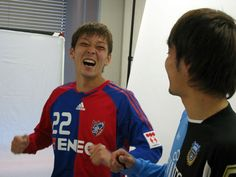 [ FC東京・川崎フロンターレ合同企画の「多摩川クラシコ」 ]笑顔 最初から最後まで笑顔だった羽生選手。 この笑顔のおかげでカメラマンも両クラブスタッフも楽しくできました!!  ※撮影当日の様子はこちら(http://www.frontale.co.jp/diary/2008/0321.html) ※多摩川クラシコ特設ページはこちら(http://www.frontale.co.jp/tamagawa_classico/) -------- ■多摩川クラシコ第13戦 2008年4月19日(土) J1第7節 16:00KICK OFF @味スタ ※チケットは本日より一般販売開始!詳細はこちら ■多摩川クラシコ第14戦 2008年9月20日(土) J1第30節 KICK OFF時間未定 @等々力  2008年3月21日(金)…