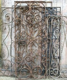 Brocante franse hekwerkjes Man Made Environment, Salvaged Decor, Wrought Iron Fences, Interior Decorating Styles, Garden Shop, Tuscan Style, Old World Charm, Rustic Wall Decor, Garden Gates