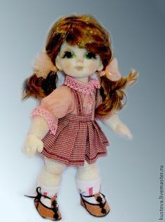 Кристинка. Кукляшка - очаровашка! Кристинка очень хорошая и умная девочка. Рекомендуется для детей от 5 лет. Голова, руки и ноги у нее подвижны. Локоточки и коленочки на шаровом креплении. Глазки - авторская роспись акрилом по стеклу.