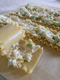Sweet & Savory: Chicken Alfredo Lasagna Roll-ups. 1 box lasagna noodles 3 c. cooked, shredded chicken large chicken breasts} 2 c. finely chopped broccoli, 1 c. shredded cheddar 1 t. garlic powder 1 t. pepper 1 jar alfredo sauce c. I Love Food, Good Food, Yummy Food, Tasty, Chicken Alfredo Lasagna, Lasagna Noodles, Lasagna Rolls, Me Time, So Little Time