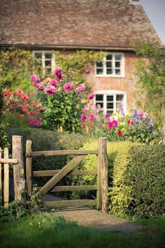45 blooming cottage-style garden ideas for a charming outdoor space . - 45 blooming garden ideas in a cottage style for a charming outdoor area # Exterior - English Country Cottages, Country Chic Cottage, Cozy Cottage, Cottage Homes, English Cottage Exterior, Modern Cottage, English Countryside, Country Charm, Cottage Ideas