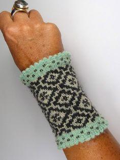"Pulswärmer - ""ALEXANDRA""  von Strickkönigin auf DaWanda.com Crochet Gloves, Knit Mittens, Knit Crochet, Bracelet Crochet, Yarn Inspiration, Fingerless Mitts, Knitting Wool, Wrist Warmers, Craft Patterns"