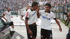 Paulinho brilha, Timão vence Sardinha, e fica a um empate do título paulista