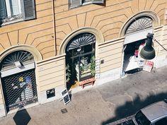 Allein schon der Blick aus dem Fenster und auf unsere Straße ist so... Urlaub! Außerdem liebe ich dieses Licht hier... Und die warmen Farben der Fassaden... Hach! Ich muss jetzt wohl mal öfter nach Italien  . . The view out of the window of our apartement... . . . #juliamammiladeinrom #rom #rome #roma #travel #travelgram #traveldiaries #traveling #slowdown #enjoylife #lifeisgood #lifeisbeautiful #thegoodlife #theartofslowliving #finditliveit #thehappynow #thatsdarling #myview…