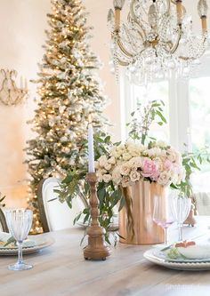 How To Create A Beautifully French Country Christmas - Herzlich willkommen French Country Christmas, Modern French Country, French Country Kitchens, French Country Farmhouse, Victorian Christmas, Vintage Christmas, Shabby Chic Christmas Decorations, Farmhouse Christmas Decor, Christmas Tablescapes