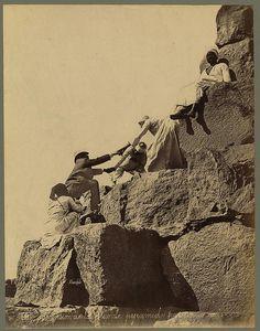 Bonfils, Ascension de la grande pyramide par un touriste, Egypt