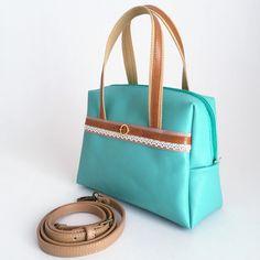 エメラルドグリーンの牛革と、色鮮やかな着物を組み合わせた、斜め掛け、手持ち『2WAY』で使える本革と和文様のボストンバッグです。 ワンポイントにヤギ革のベルトを用いました。