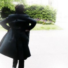 EVERYONE, THIS IS WHY I WANT A TRENCH COAT BECAUSE LOOK HOW EPIC THIS IS. Sherlock's coat - poetry in motion gif