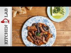 Greek octopus bake by Greek chef Akis Petretzikis. An amazingly delicious authentic traditional Greek recipe for super aromatic baked octopus and potatoes! Balsamic Vinegar, Vegan Dinners, Diy Food, Tasty Dishes, Seafood Recipes, Octopus, Chicken Wings, Homemade, Baking