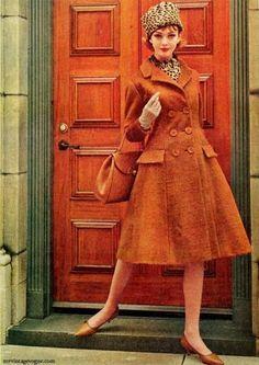 Moda anni 60, cappotto doppiopettoCappotto doppiopetto e gonna ampia anni sessanta, coordinato a decolletes con tacco bass