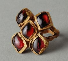 Gold ring with inlaid garnet quintuple kitten. Roman Empire (307-425) (period)