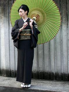 Kimono and yukata are considered as Japanese traditional clothes. Japanese Geisha, Japanese Beauty, Japanese Kimono, Asian Beauty, Japanese Outfits, Japanese Fashion, Look Kimono, Yukata Kimono, Kimono Design