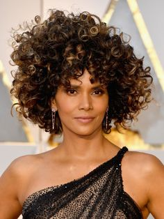 Leave it to Halle Berry to bring the drama to the Oscars 2017 red carpet with help from a brand-new, mega-voluminous 'do. The actress showed off what we're calling her most dramatic tress transformation of all time—a gorgeous headful of voluminous ringlets.
