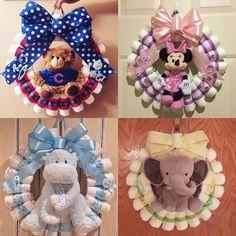 Items similar to Custom Designed Diaper Wreath on Etsy : Custom Designed Diaper Wreath Regalo Baby Shower, Baby Shower Diapers, Baby Shower Cakes, Baby Shower Parties, Baby Shower Themes, Baby Boy Shower, Baby Shower Gifts, Baby Gifts, Diy Baby Shower Decorations