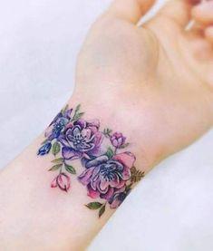 Delightful Flower Wrist Band Tattoo Designs for Girls Wrist Band Tattoo, Flower Wrist Tattoos, Tattoo Bracelet, Tattoo Flowers, Flower Bracelet, Wrist Tattoos Girls, Tatoo 3d, Tatoo Henna, Tattoo Bird