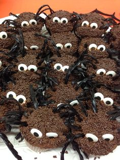 Chocolate spider cupcakes Bug Party Food, Chocolate Spiders, Spider Cupcakes, Cookies, Desserts, Crack Crackers, Tailgate Desserts, Deserts, Biscuits