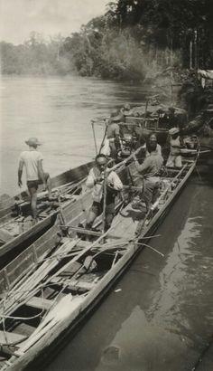 Twee Dajak prauwen op de oostelijke Digoel van een expeditie van de MMNNG, vermoedelijk onder leiding van ir De Groot en ir Bartels van de Mijnbouw Maatschappij Nederlands Nieuw-Guinea, dochter van de Billiton Maatschappij. 1938