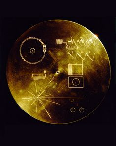 VOYAGER GOLDEN RECORD is a gold-plated disc on board the two space probes Voyager 1 and 2 were launched in 1977 and whose objective was to study the outer planets of the solar system . It contains sounds and images designed to present the Earth and its inhabitants to aliens who fall on the sensor..........SOURCE LABOITEVERTE.FR........