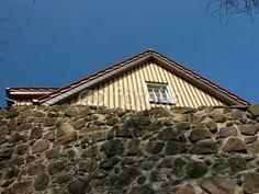 Mauer der Burg Gleiberg und Holzhaus mit beigefarbener Fassade vor blauem Himmel in Wettenberg Krofdorf-Gleiberg bei Gießen in Hessen Style At Home, Cabin, House Styles, Home Decor, Photos, Hessen, Log Home, Heavens, Homes