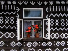 Okienko chalúpky Čičmany - Slovensko Central Europe, Folk Art, My House, Pin Up, Beautiful Places, Gallery Wall, Windows, Frame, Pattern