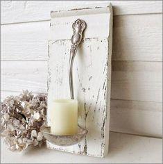 Uma tábua de madeira, uma concha de sopa e uma vela formam um projetinho adorável.