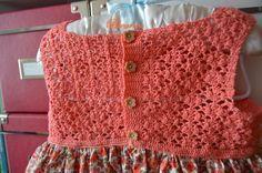 Vestido artesanal con cuerpo de crochet y falda de tela floreada tipo liberty