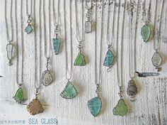 海岸にて採取いたしましたシーグラスを使用したペンダントです。それぞれに形の違うシーグラスを銀線による枠で留めた1点モノです。シーグラス(sea glass)と...|ハンドメイド、手作り、手仕事品の通販・販売・購入ならCreema。
