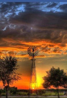 beautiful sunset with windmill Beautiful World, Beautiful Places, Old Windmills, Quelques Photos, Beautiful Sunrise, Belle Photo, Pretty Pictures, Beautiful Landscapes, Nature Photography