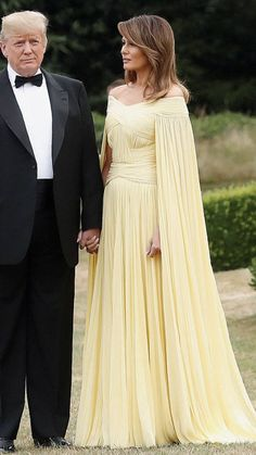 First lady Melania Trump chose a dramatically sweeping Grecian-goddess ballgown of buttery yellow to wear to a black-tie dinner Thursday on the opening evening of the Trumps' first official visit to Britain. Malania Trump, Pro Trump, Milania Trump Style, Donald Trump Quotes, Donald And Melania, Trump Is My President, First Lady Melania Trump, Famous Women, Classy Women