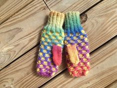 Recently I came across a pattern for Newfie mittens (pattern on Ravelry) and made them. Then I wondered if there was one for a hat. Knitted Mittens Pattern, Knitting Wool, Knit Mittens, Knitted Blankets, Knitting Socks, Hand Knitting, Knitted Hats, Knit Socks, Crochet For Boys