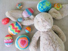 Manualidades con niños:  Huevos de Pascua pintados en casa con ellos.  Muy fáciles!  Love it!:)