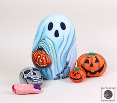 Halloween painted rocks! Love it.  This would make for an enjoyable activity with kiddos or great idea for gifts! (PDD)