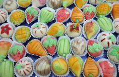 """Os doces de amêndoa são típicos da região do Algarve. Os seus ingredientes básicos são amêndoa, açúcar e ovos. São apresentados sob diferentes formas e com diferentes nomes, sendo os mais conhecidos os """"Frutos de Amêndoa"""" e os """"Queijinhos"""".  Os """"Frutos de Amêndoa"""" são bem representativos do talento dos pasteleiros. Estes doces são moldados para se parecerem com frutos (melancias, laranjas, etc) e com alguns vegetais como as cenouras. Doce regional do Algarve, Portugal"""