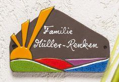 Beschriftetes Keramik Türschild Sonne - Das farbenfrohe Haustürschild wird ganz individuell nach Ihren Angaben beschriftet. Das Namensschild passt hervorragend zu unseren modernen Hausnummern.