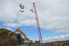 Das Material kommt mittels einer selbst aufgebauten Seilbahn. #silvrettamontafon #panoramabahn Utility Pole, Material, Mountains