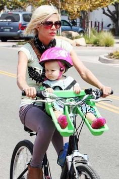 Tori Spelling takes her baby for the ride #celebrities #cycling #cyclingcelebrities