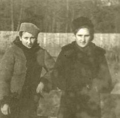 Danuta Siedzikówna z siostrą Wiesławą, Podlasie, zima 1942 r