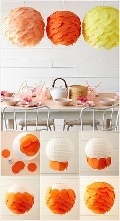 Lámpara hecha de brillantes y redondas servilletas.