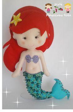 Boneca em feltro Ariel, trabalho cem por cento feito á mão com muito carinho. Medida aproximada 32 cm. Acompanha suporte acrílico.
