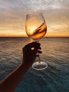Nadire Atas - The World Is More Beautiful With A Glass Of Wine Imagem de wine, sunset, and beach