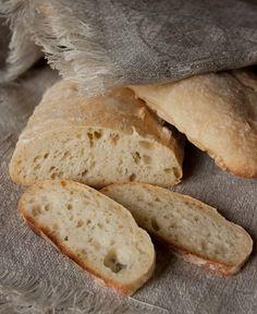 Этот хлеб готовится очень легко. Ингредиентов минимум – мука, вода, соль и дрожжи. Ну и немножко сахара для роста дрожжей. Вам не придется несколько раз обминать и долго месить тесто – ему нужно только полтора часа на то, чтобы подойти и около 40 минут на выпекание. Хлеб хорош для приготовления…