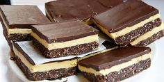 Nanaimo Bars are THE classic Canadian hand-held dessert. Whip up a batch of our homemade Nanaimo bars and celebrate our culinary heritage. Chocolate Cookie Bars, Chocolate Graham Crackers, Nanaimo Bars, Holiday Desserts, Just Desserts, Italian Desserts, Carré Rice Krispies, Cookie Recipes, Dessert Recipes