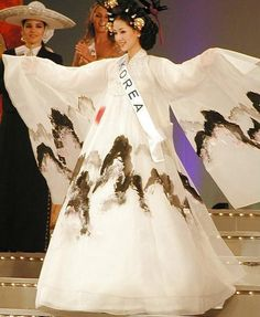Hanbok inspired dress worn by former Miss Korea Korean Hanbok, Korean Dress, Korean Outfits, Korean Clothes, Korean Traditional Dress, Traditional Dresses, Korea Fashion, Asian Fashion, Miss Korea