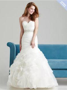 Vestido de noiva da marca Allure, modelo 2557.  Possui ajuste perfeito, silhueta flare, bojo, corpete todo estruturado, saia volumosa e uma faixa de cristal swarovski. Usado uma única vez. Cor: ...
