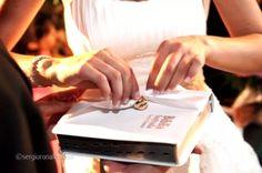 10 maneiras criativas de carregar as alianças dos noivos