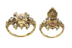 """Anello con teschio Di provenienza inglese (XVII secolo) in oro con diamanti, questo anello rappresenta l'ostentazione del monito """"memento mori"""". La microscultura che si apre contiene al suo interno un rubino, un messaggio chiaro e lampante: L'amore che vince sulla morte."""