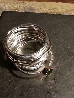 Zilveren wikkelring met losse tussenschuifring peridoot.